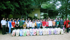 Các em khuyết tật tại Trung tâm tư thục Long Thành đón nhận quà của các nhà bảo tâm.