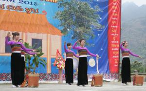 Tiết mục múa của thiếu nữ Thái Mai Châu trong Lễ hội Xên Mường năm 2013.