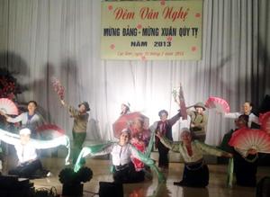 Tiết mục múa hát của xã Liên Vũ tại đêm giao lưu văn nghệ.