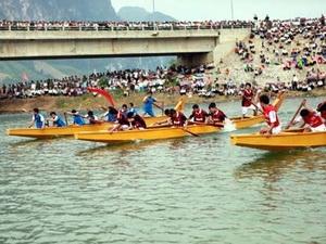 Đua thuyền trên hồ sông Đà. (Nguồn: baotintuc.vn)