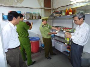 Đoàn kiểm tra liên ngành của tỉnh kiểm tra việc đảm bảo VSATTP tại nhà hàng kinh doanh ăn uống ở thị trấn Bo (Kim Bôi).