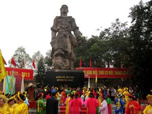 Tượng đài Quang Trung trong ngày lễ hội. (Ảnh: hanoimoi)
