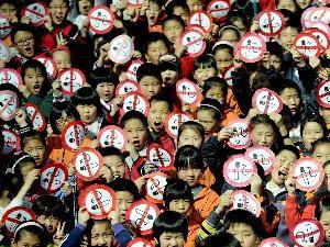 Các em học sinh giơ cao biểu ngữ