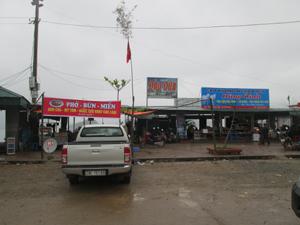 Việc dựng một số quán bán hàng trên mặt cảng đã che hết tầm nhìn cảnh quan vùng lòng hồ Hòa Bình.