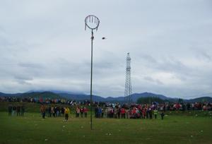 Nhân dân tham gia trò chơi ném còn trong hội xuân Văn hóa - Thể thao huyện Kỳ Sơn năm 2013.