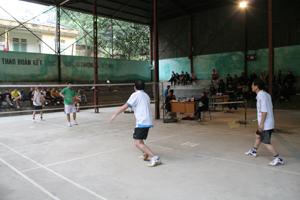 Trận thi đấu cầu lông nội dung đôi nam 41 tuổi trở lên giữa đội Huyện ủy và Bưu điện.