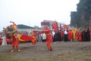 Biểu diễn múa lân tại lễ hội chùa Hang.