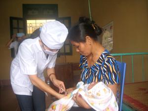 Trạm y tế thị trấn Mường Khến (Tân Lạc) thực hiện tốt công tác tiêm vắc xin phòng bệnh định kỳ cho trẻ từ 0-5 tuổi. Ảnh: B.M