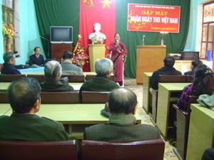 """Tác giả Phương Bình trình bày bài thơ """"Chiều lăng Bác"""" tại buổi gặp mặt."""