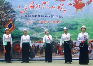 TPHB có nhiều hoạt động bảo tồn, phát huy giá trị văn hóa truyền thống tốt đẹp. Trong ảnh: Tiết mục đánh cồng chiêng tại Lễ hội Khai hạ năm 2013 của nhân dân tổ 16, phường Thái Bình (TPHB).