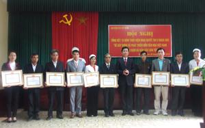 Lãnh đạo Huyện ủy Kỳ Sơn tặng giấy khen cho các tập thể có thành tích xuất sắc trong 15 năm thực hiện Nghị quyết Trung ương 5 (khóa VIII).