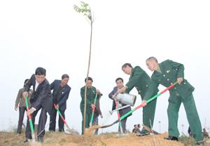 Lãnh đạo Hội CCB tỉnh, huyện Kỳ Sơn và các hội viên CCB tham gia trồng cây tại xóm Đồng Sông.