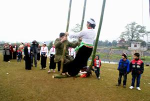 Người dân Mường Vang vui các trò chơi dân gian trong lễ hội.