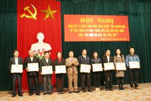 Lãnh đạo Huyện ủy Đà Bắc trao giấy khen cho các tập thể có thành tích xuất sắc trong 15 năm thực hiện Nghị quyết Trung ương 5 (khóa VIII).