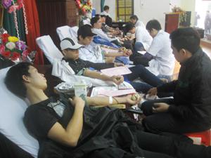 """Trên 500 cán bộ, giáo viên, HS-SV trường trung cấp Y tế Hòa Bình đăng ký hiến được trên 300 đơn vị máu đủ tiêu chuẩn tại """"Chiến dịch vận động hiến máu tình nguyện dịp Tết Nguyên đán và lễ hội Xuân Hồng"""" năm 2013."""