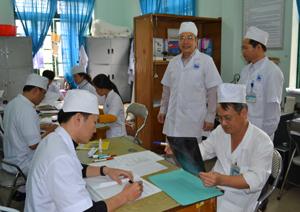Đồng chí Trần Quang Khánh, Giám đốc Sở Y tế kiểm tra việc cải cách thủ tục hành chính tại Bệnh viện đa khoa thành phố Hòa Bình.
