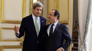 Ngoại trưởng Mỹ John Kerry (trái) và Tổng thống Pháp Françoise Hollande sau cuộc gặp tại điện Elysée hôm 27-2 - Ảnh: Reuters