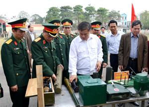 Đồng chí Hoàng Việt Cường, Bí thư Tỉnh ủy, Bí thư Đảng ủy Quân sự tỉnh thăm quan mô hình học cụ phục vụ công tác huấn luyện của LLVT tỉnh.