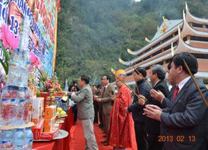 Các đồng chí lãnh đạo Tỉnh ủy, HĐND, UBND, UBMTTQ tỉnh thực hiện nghi lễ dâng hương.