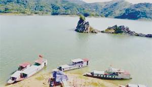 Vẻ đẹp Thung Nai (Cao Phong) được ví như vịnh Hạ Long trên núi. Ảnh: T.S (ST)