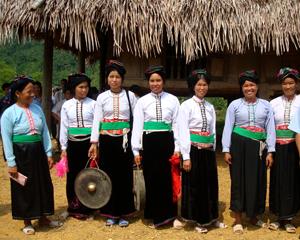 Phụ nữ xã Đồng Chum (Đà Bắc) xúng xính áo quần vui Tết cơm mới.