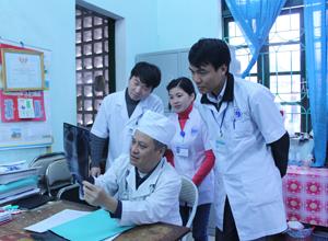 Khắc ghi lời Bác Hồ dạy, đội ngũ y, bác sĩ Bệnh viện Đa khoa TP Hòa Bình thường xuyên trau dồi kiến thức y khoa, đạo đức nghề nghiệp chăm sóc cho bệnh nhân.
