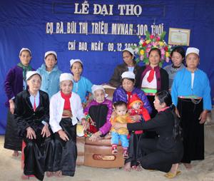 Hội viên Hội Người cao tuổi, Hội phụ nữ trong xã và con cháu luôn bên cạnh động viên, chia sẻ với Mẹ Bùi Thị Triều.