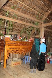 Hai cây mía tím được đặt trang trọng hai bên bàn thờ, tượng trưng cho tấm lòng thơm thảo của con cháu mong muốn được đón tổ tiên về dương gian ăn Tết.