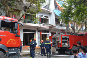 Lực lượng Cảnh sát PCCC&CNCH kịp thời có mặt tại hiện trường dập tắt đám cháy.