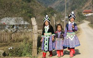 Trẻ em Mông đi chơi Tết.