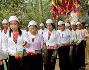 Phường bùa đi chúc Tết tại lễ hội Khai hạ Mường Bi, xã Phong Phú (Tân Lạc). Ảnh: HD