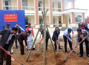 Các đồng chí lãnh đạo  Sở NN&PTNT, huyện Yên Thuỷ tham gia trồng cây tại trường tiểu học Ngọc Lương.