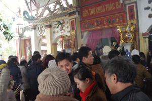 Đông đảo Phật tử, du khách đi lễ đền Bờ đầu xuân 2014.