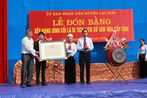 Được sự uỷ quyền của UBND tỉnh, lãnh đạo Sở VH,TT&DL đã trao bằng công nhận Đình Cổi là di tích lịch sử văn hoá cho xã Bình Chân (Lạc Sơn).