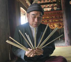 Ông Bùi Văn Lon ở xóm Ải, xã Phong Phú (Tân Lạc) thường xuyên xem lịch đoi để hướng dẫn người dân làm nông nghiệp.
