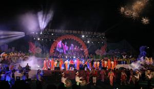 Rực rỡ sắc màu các dân tộc Tây Bắc trong đêm khai mạc Ngày hội.