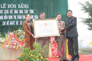 Đồng chí Bùi Ngọc Lâm, TUV, Giám đốc Sở VH-TT&DL trao bằng công nhận di tích lịch sử văn hóa cấp tỉnh cho lãnh đạo thị trấn Chi Nê.