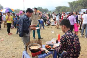 Bán xúc xích không tủ che đậy giữa hàng ngàn người đi lễ hội Khai hạ Mường Bi 2014.