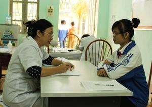 Học sinh trường THCS Hữu Lợi (Yên Thuỷ) được tư vấn, lấy máu xét nghiệm phát hiện mang gen ẩn bệnh  thalassemia.