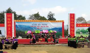 Biểu diễn văn nghệ tại Lễ hội Xên Mường, huyện Mai Châu năm 2014.