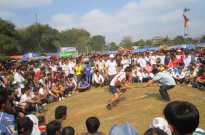 Một trận thi đấu môn đẩy gậy nằm trong các hoạt động TDTT mừng xuân Giáp Ngọ của huyện Tân Lạc.