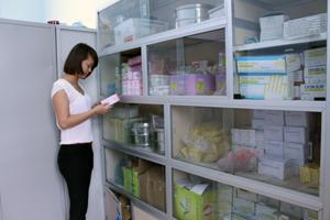 Cán bộ Trung tâm DS/KHHGĐ kiểm tra tài liệu cho công tác truyền thông dân số.