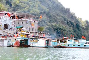 Đền chúa thác Bờ - một trong những điểm du lịch tâm linh trên vùng hồ Hòa Bình. Lễ hội đền Bờ bắt đầu từ ngày mùng 7 tháng giêng và kéo dài đến hết tháng 3 âm lịch, mỗi năm, đón hàng chục ngàn du khách đến hành hương, cúng lễ. Ảnh: P.V