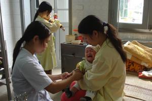 Trẻ em cần được quan tâm chăm sóc đặc biệt khi thời tiết lạnh ẩm để phòng, tránh bệnh. Ảnh chụp tại khoa Nhi (Bệnh viện đa khoa tỉnh).