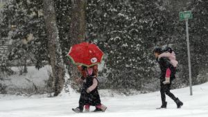 Người dân đi bộ trên đường phủ đầy tuyết tại Chapel Hill, North Carolina - Ảnh: AFP