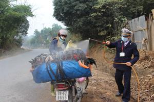 Chốt kiểm dịch xã Yên Mông (TPHB) kiểm soát gia cầm vận chuyển từ các tỉnh ngoài vào địa bàn.