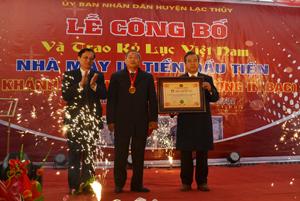 Lãnh đạo Hội Kỷ lục Việt Nam trao Bằng kỷ lục Việt Nam Nhà máy in tiền đầu tiên cho huyện Lạc Thủy.