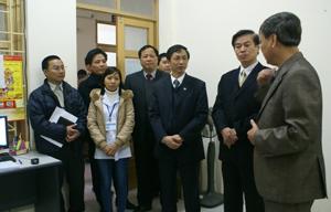 Đồng chí Hoàng Long (đứng thứ ba từ phải sang), Cục trưởng Cục phòng chống HIV/AIDS trò chuyện với cán bộ, y bác sỹ làm việc tại Trung tâm phòng chống HIV/AIDS tỉnh.