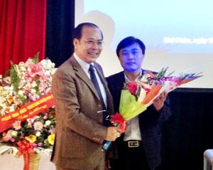 Giám đốc Sở Y tế chúc mừng ứng viên trúng tuyển vị trí Phó Giám đốc Bệnh viện Đa khoa khu vực Mai Châu thông qua thi tuyển.