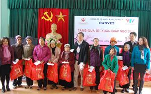 Các hộ nghèo xã Hợp Châu (Lương Sơn) nhận quà Tết Giáp Ngọ 2014 do Quỹ Tấm lòng Việt - Đài Truyền hình Việt Nam phối hợp với Công ty dược Hanvet trao tặng.
